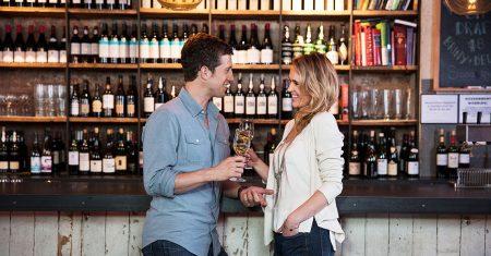 Gemeinsam in der Bar einen guten Tropfen geniessen.