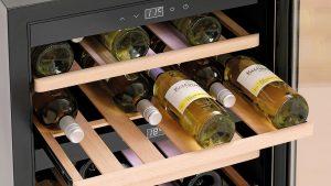 Elegantes Design und laufruhiger Kompressor ergänzen die geschützte Lagerung.