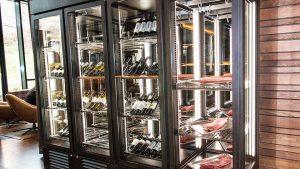 Die spezielle Kombination aus Wein- und Fleischkühlung ist ein optischer Blickfang.