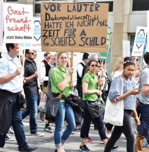 Kreative Transparente machten auf die Situation von Hotellerie und Gastronomie in Bayern aufmerksam.
