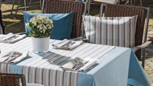 Die Mix and Match Gartentischwäsche sorgt für ein stillvolles Ambiente.
