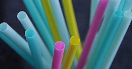 Plastikstrohhalme müssen reduziert oder abgeschafft werden.