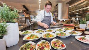 Das Anrichten der Speisen ist auf den großzügigen Arbeitsflächen von MKN für jeden Koch eine Freude.