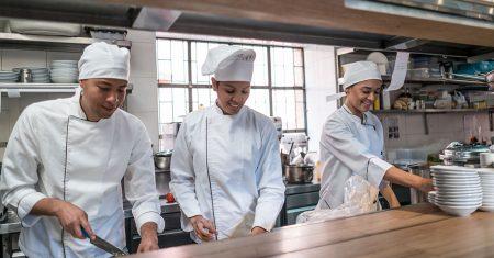 Die Kochmütze ist nicht nur modisches Accessoir, sondern schützt auch vor Hygienefehlern.