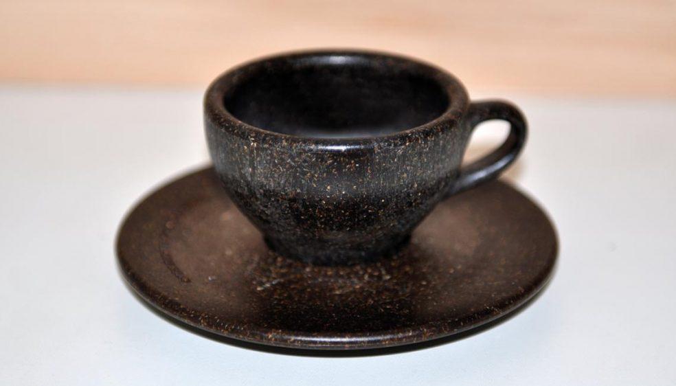 Durch ein eigens entwickeltes Verfahren werden aus dem Kaffeesatz Espresso- und Cappuccino-Tassen hergestellt.