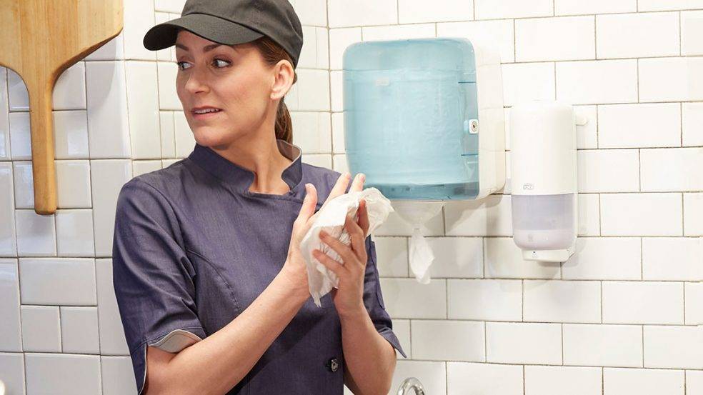 Mit einer Hand einfach an Papiertücher gelangen – mit Tork Reflex wird es möglich.