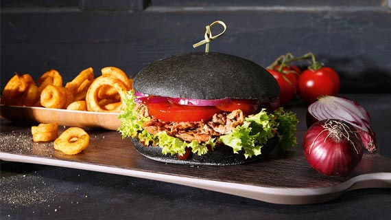 Schwarze Burger Buns von Edna für den Gruselschocker auf dem Tisch