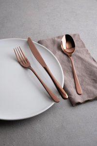 Mit Besteck in edlen Metalltönen bieten Gastronomen ihren Gästen einen edlen Blickfang