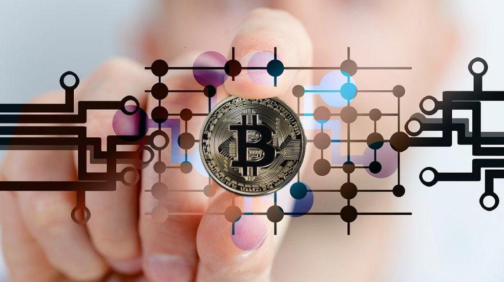 Zusammenhang Bitcoins und Kryptowährung.