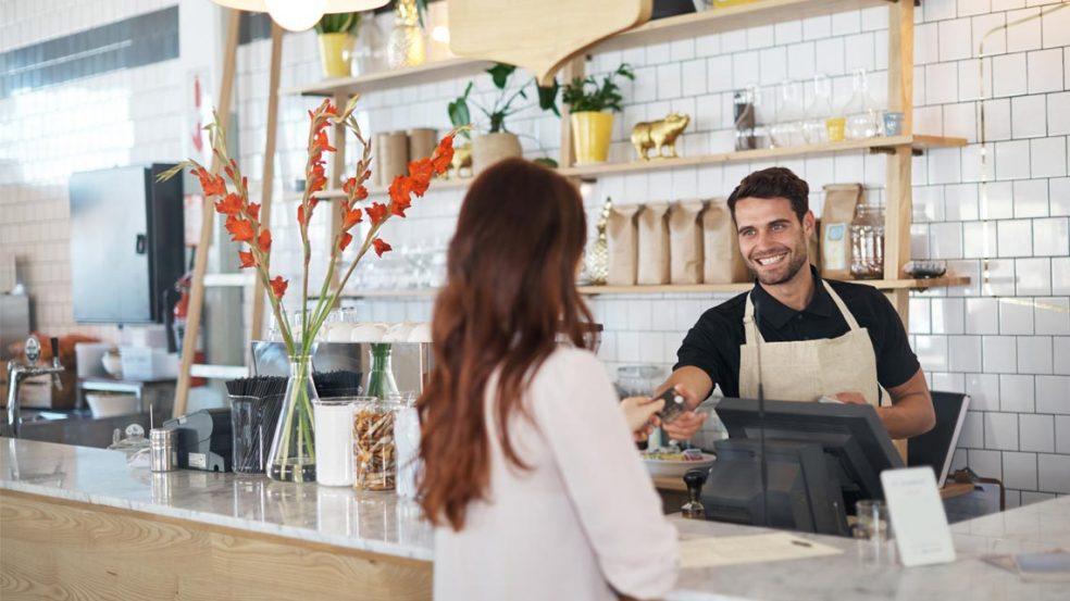Das bargeldlose Bezahlen ist bereits seit vielen Jahrzehnten üblich. In Supermärkten, an der Tankstelle, in Hotels und in Boutiquen ist es seit Langem möglich, mit der Kredit- oder der Debitkarte zu bezahlen. In Bars und Restaurants bestand dieses Angebot jedoch bis vor einiger Zeit nur selten.