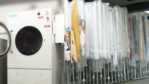 Nach der Wäsche in speziellen Waschmaschinen werden die Schirme mit passender Schutzhülle gelagert.