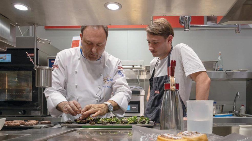 Sie ist das Herz eines jeden gastronomischen Betriebs, daher gilt es, die Profi-Küche als maßgeschneidertes Konzept bedarfsgerecht zu planen und zu integrieren.