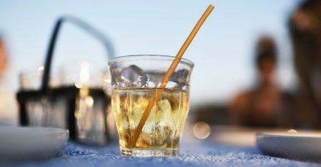 Der Superhalm bleibt 30 Minuten im Getränk stabil und kann dann verzehrt werden.