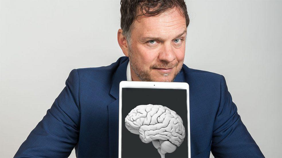 Der Neurowissenschaftler und Speaker Dr. Volker Busch fesselt seine Zuhörer und zieht sie in seinen Bann.