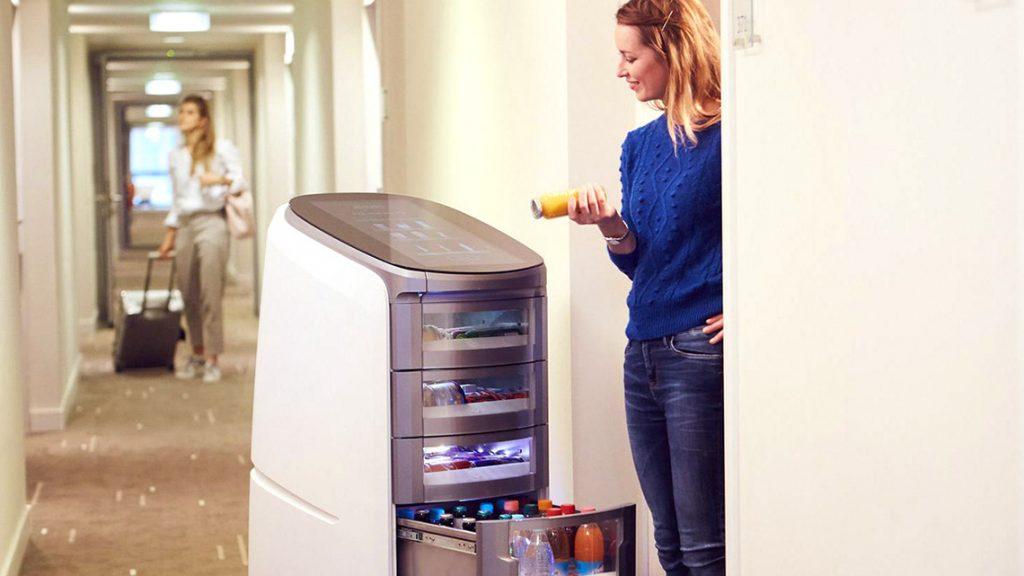 Der erste Room-Shopping-Roboter verwöhnt die Gäste.