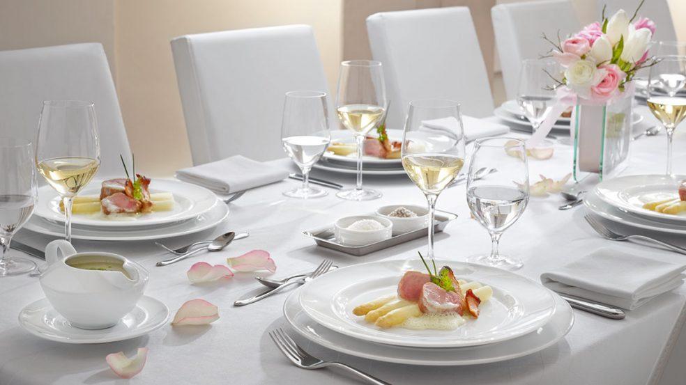 Ein perfekt gedeckter Tisch sorgt für glückliche Gäste.