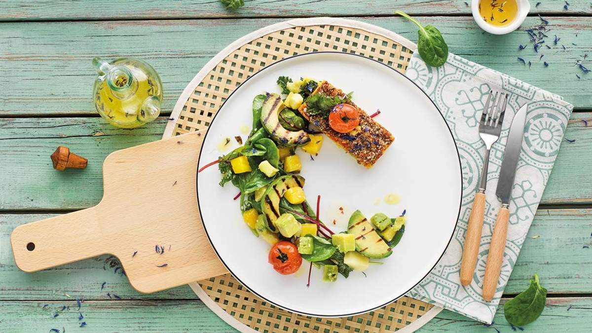 Vegane Gemüseschnitte mit mediterranem Topping