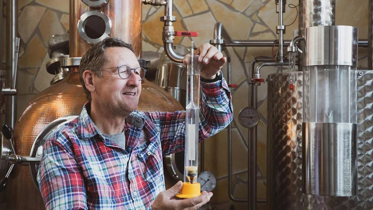 Bayerisches Spirituosen-Unikat: Fass-Brand aus Bio-Waldhonig